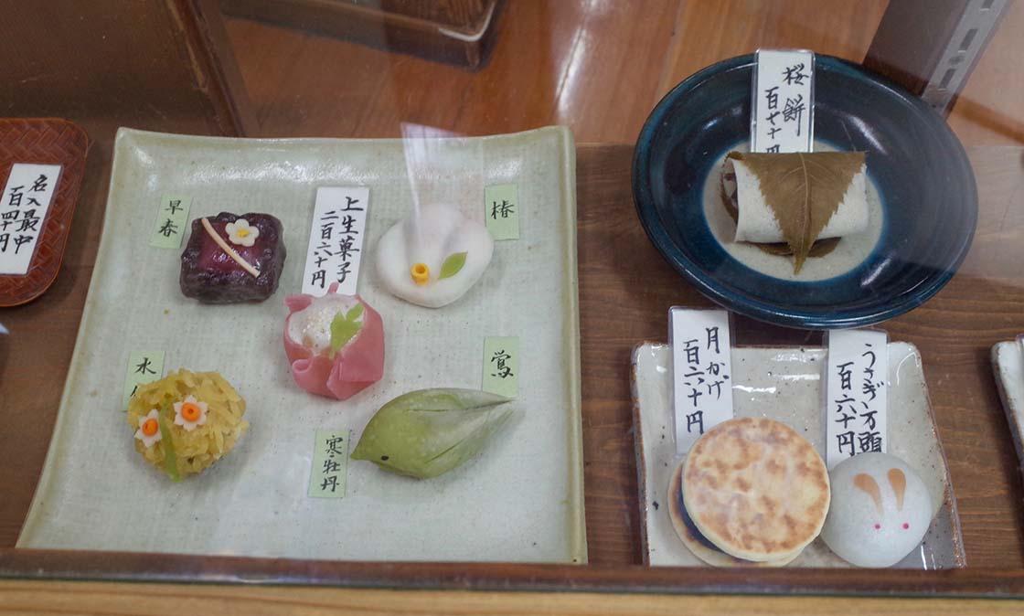 阿佐ヶ谷「うさぎや」のショーケースに並ぶ和菓子