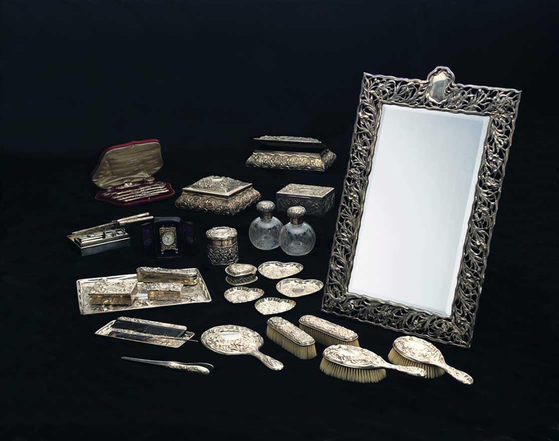 「あやめ文銀製化粧セット」1903-1907(明治36-40)年 ポーラ美術館蔵