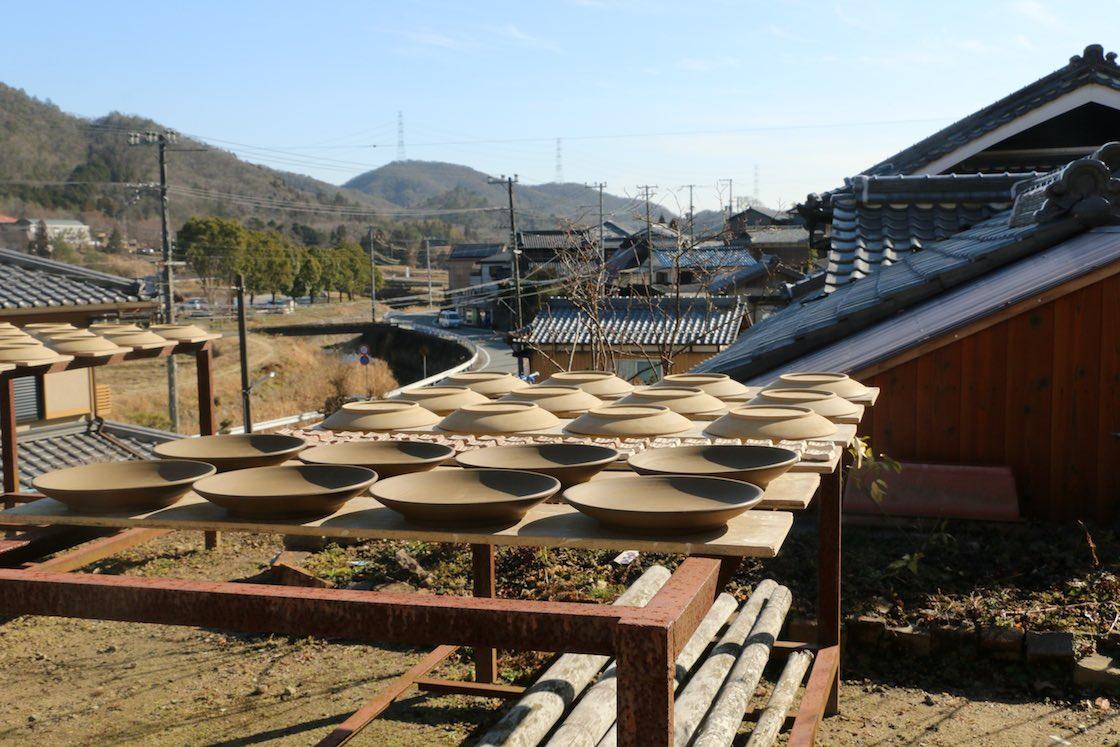 多くの窯元が軒を連ねる丹波立杭の町。天気のいい日は、外にもこんな産地らしい風景が広がります