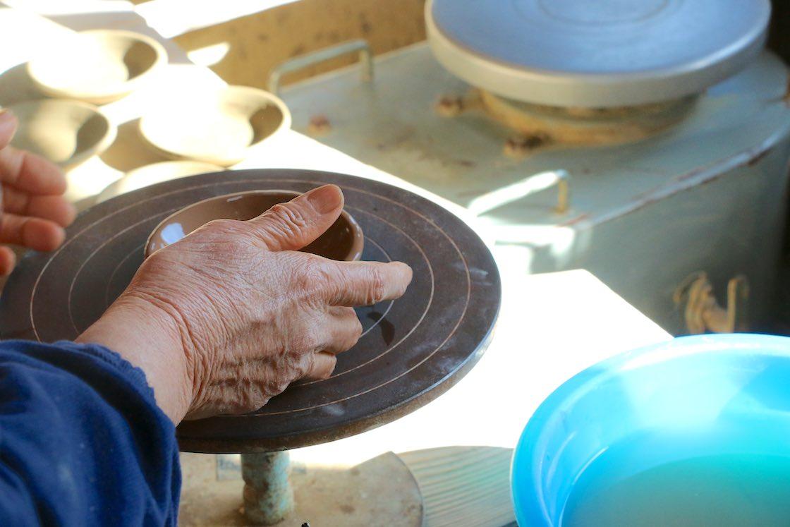 大皿のスリップウェアは電動や足を使ってロクロを回して模様をつくるのに対し、小さなうつわは手ロクロで線を引いていきます
