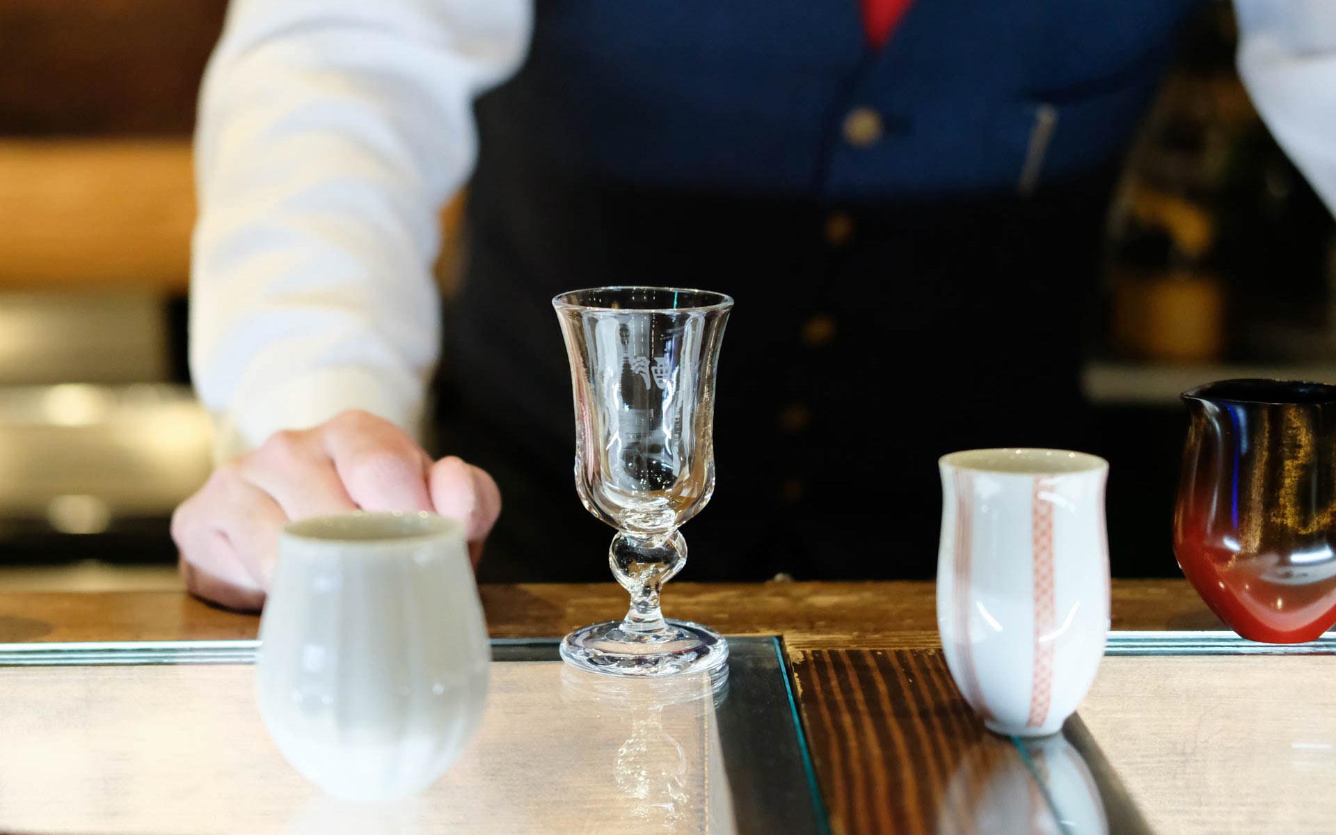 地酒を地元作家の酒器で飲むと、なぜ美味しいのか。その理由、加賀・山中温泉の『和酒BAR 縁がわ』で分かります
