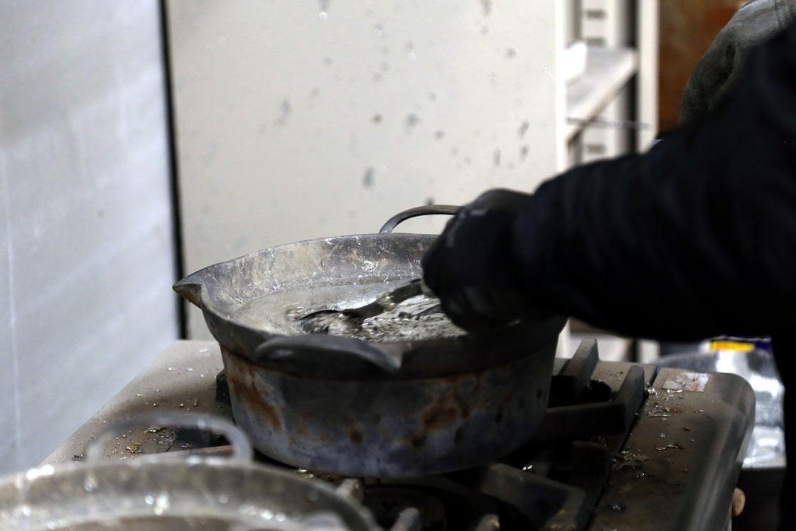 鍋で溶かす