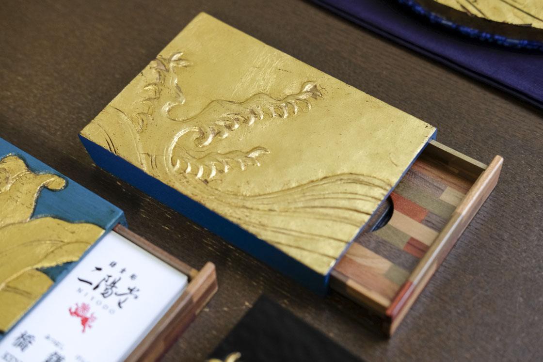 鎌倉彫の名刺入れ。中は寄木細工とのコラボレーション
