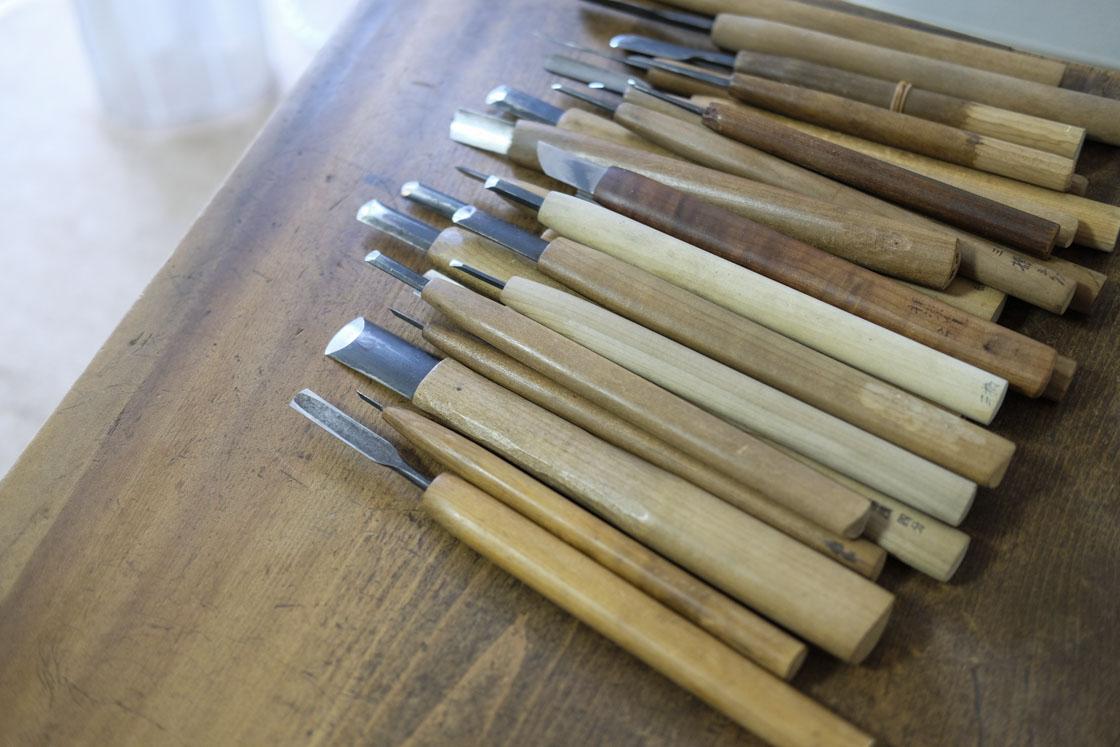 彫刻刀の数にびっくり!主に平刀・丸刀・切出刀の3種を使うのだそう。