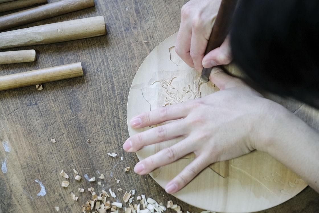 龍のモチーフを彫っている三橋さん