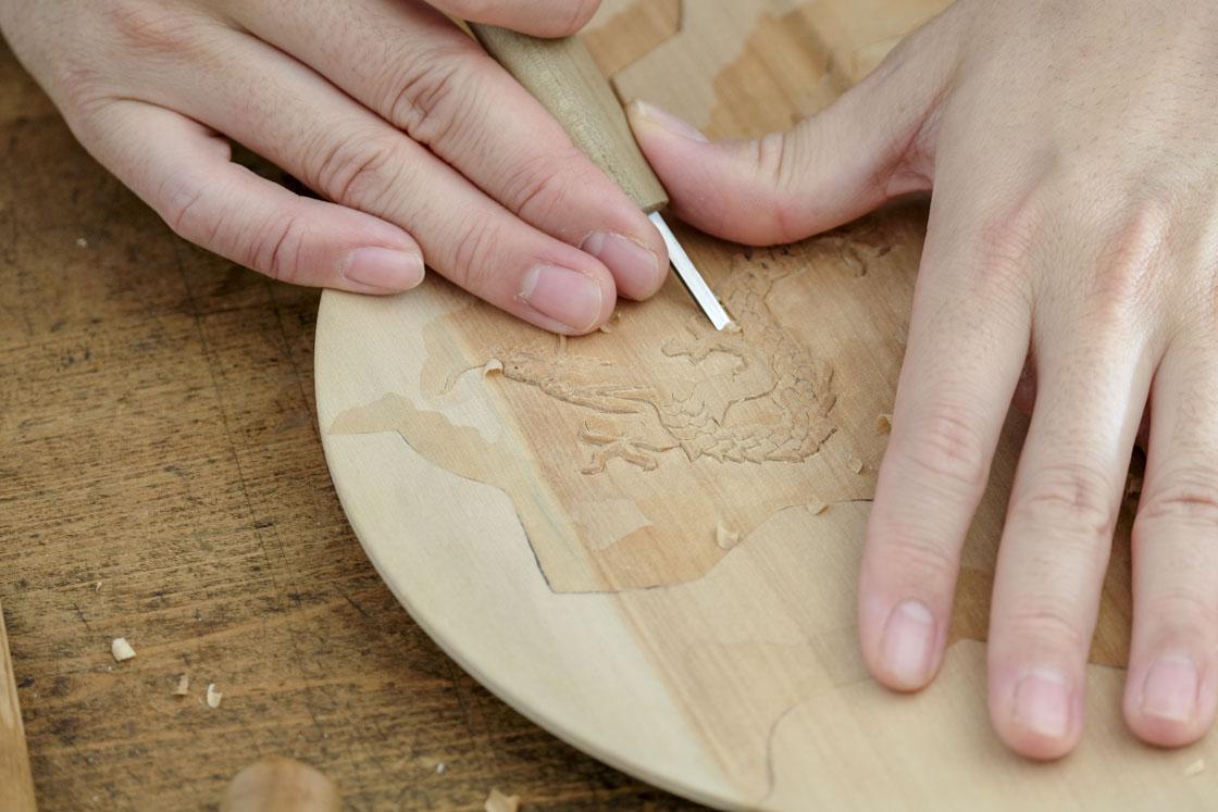 緻密な龍の部分は切出刀で。細やかなのに淡々と素早い手の動きが印象的でした。