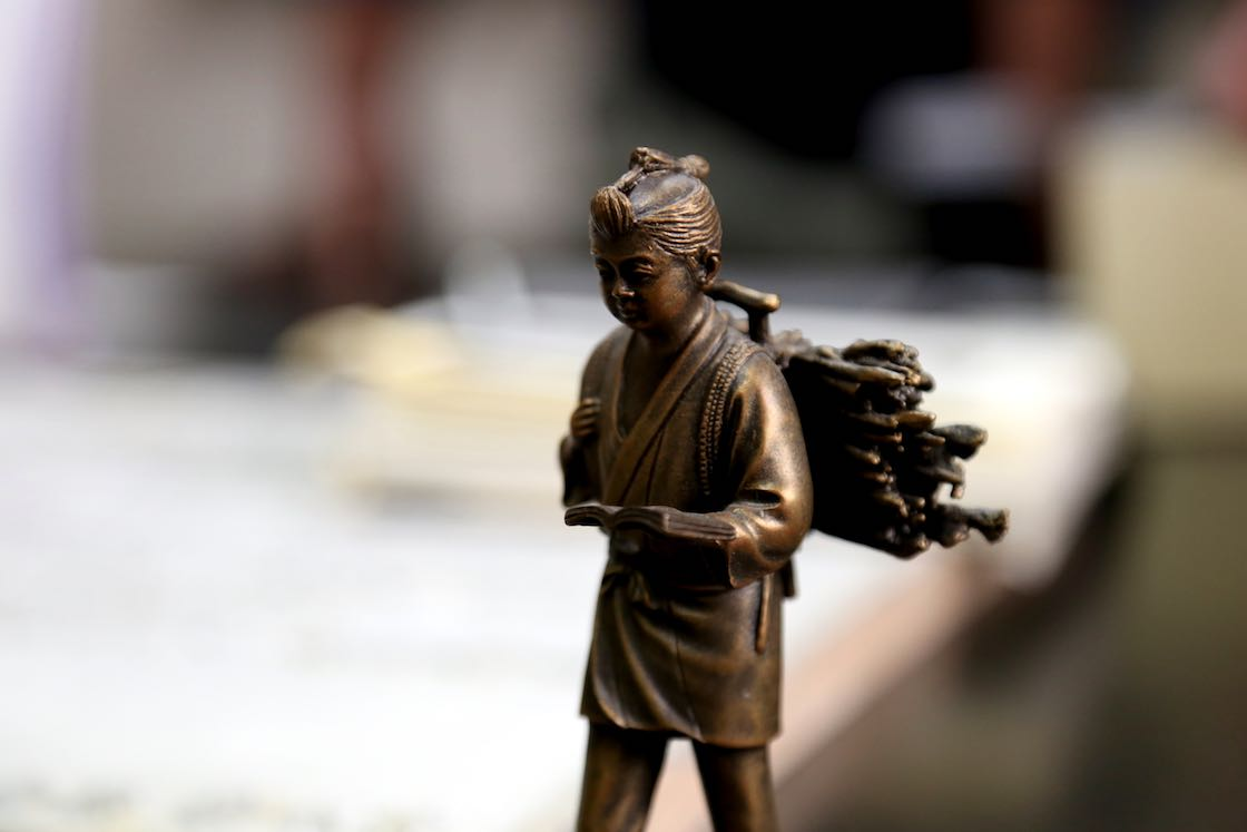 見せていただいた手持ちサイズの二宮金次郎の銅像も、細部まで生き生きと表現されています