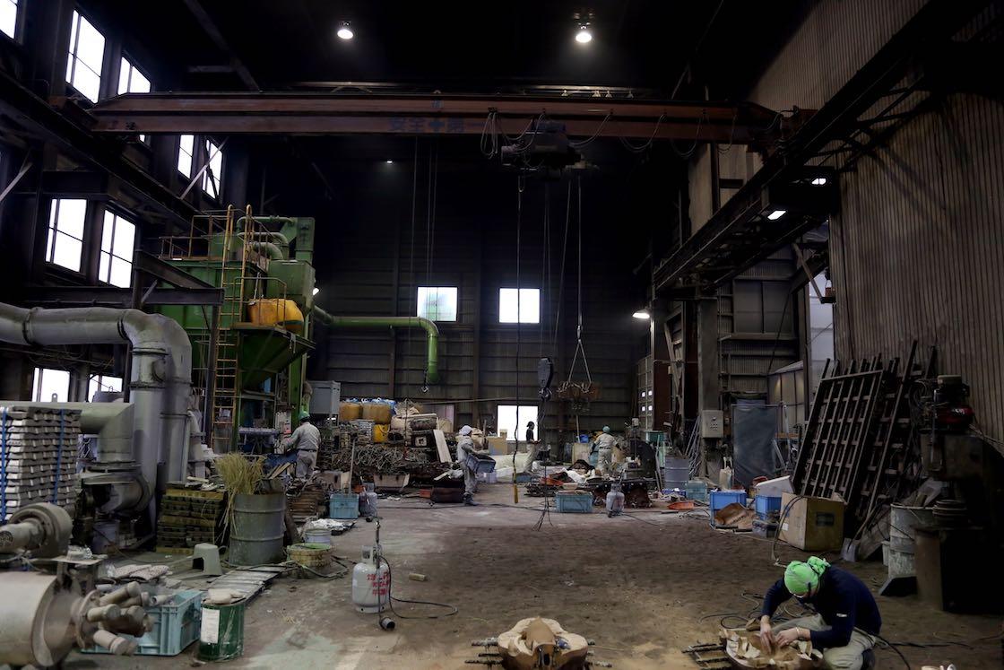 大型の銅像も作れるよう天井の高い平和合金さんの製造現場