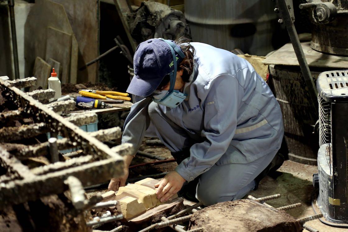 原型をはめた枠に砂を詰め、原型を抜いてできた空洞に金属を流し込むのが鋳込み。こちらはその流し込む型を作っているところ