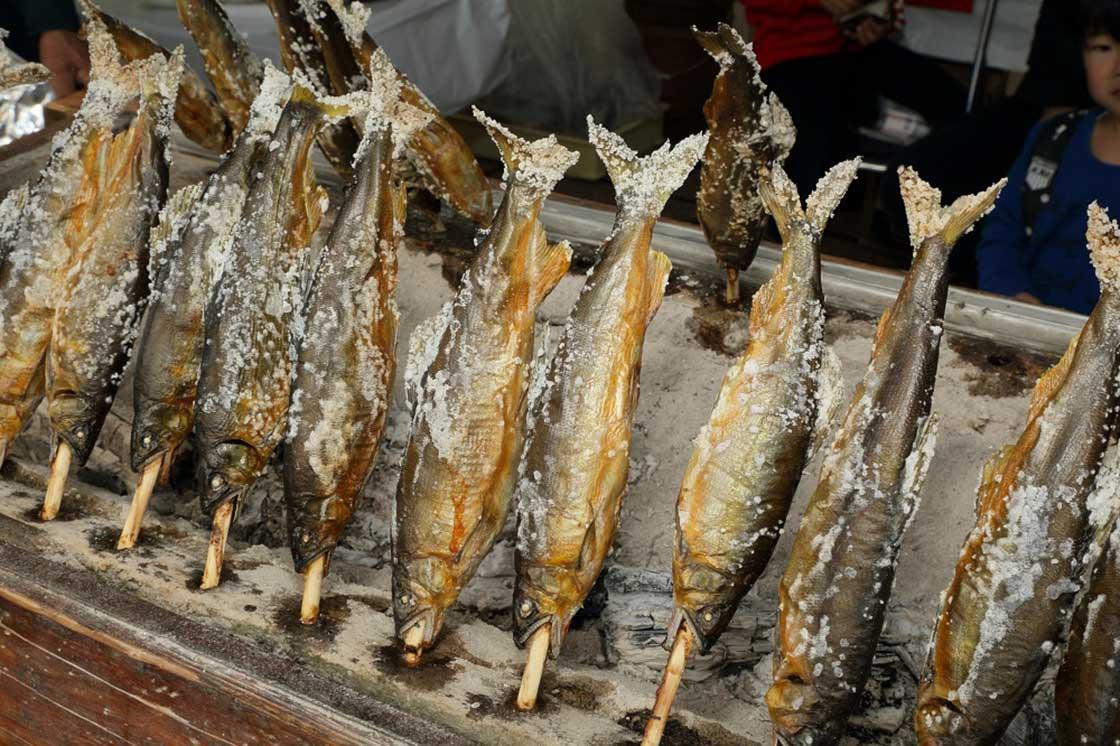 昨年ふるまわれた鮎の塩焼き