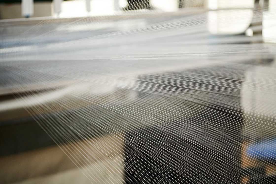 90センチ幅の生地に入る経糸は930本。対して服用生地には大体3000本の経糸が必要とのことなので、その「粗さ」が良くわかります