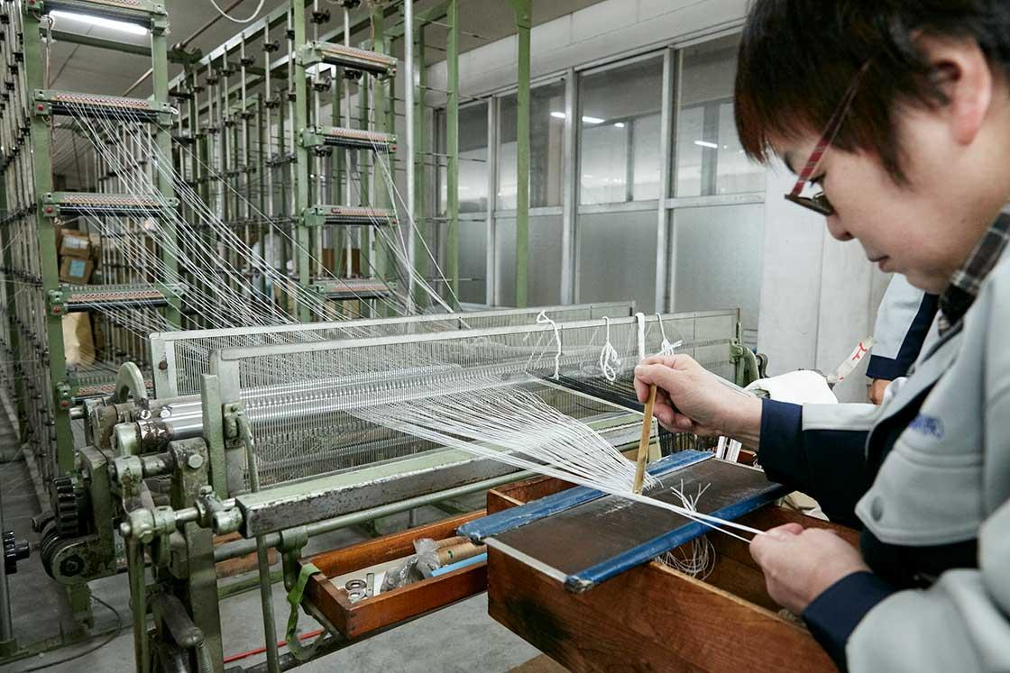 経糸を機械にセットするための「整経」の工程