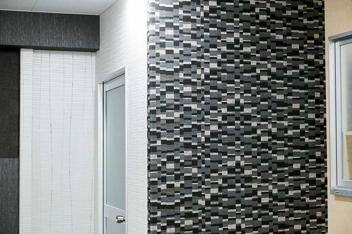 オフィスの壁がそのまま織物壁紙の見本になっていました。ホテルや会議室など様々な施設に活用されてます