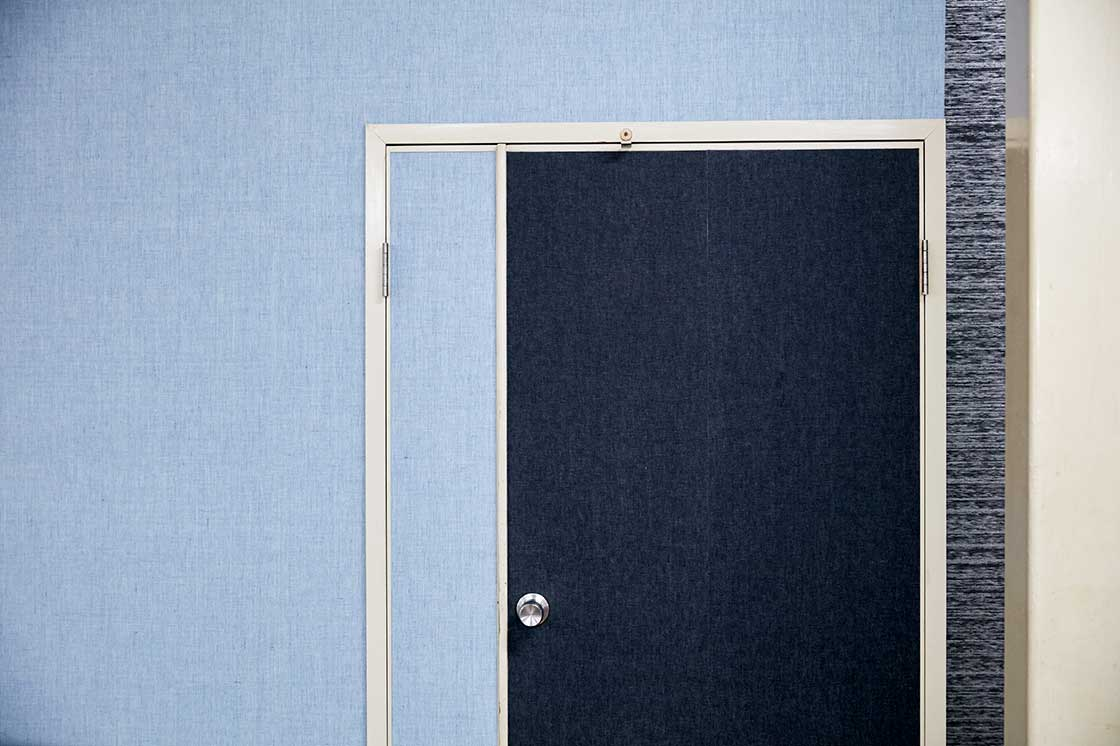 これが織物壁紙。最近ではホテルや会議室などに使われることが多いそうです