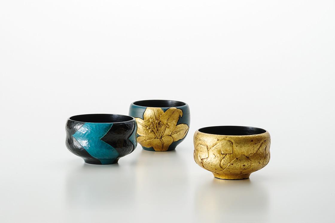 2018年新作展『青ヲタス』より、青とゴールドの茶器(c)今村裕司(むら写真事務所)