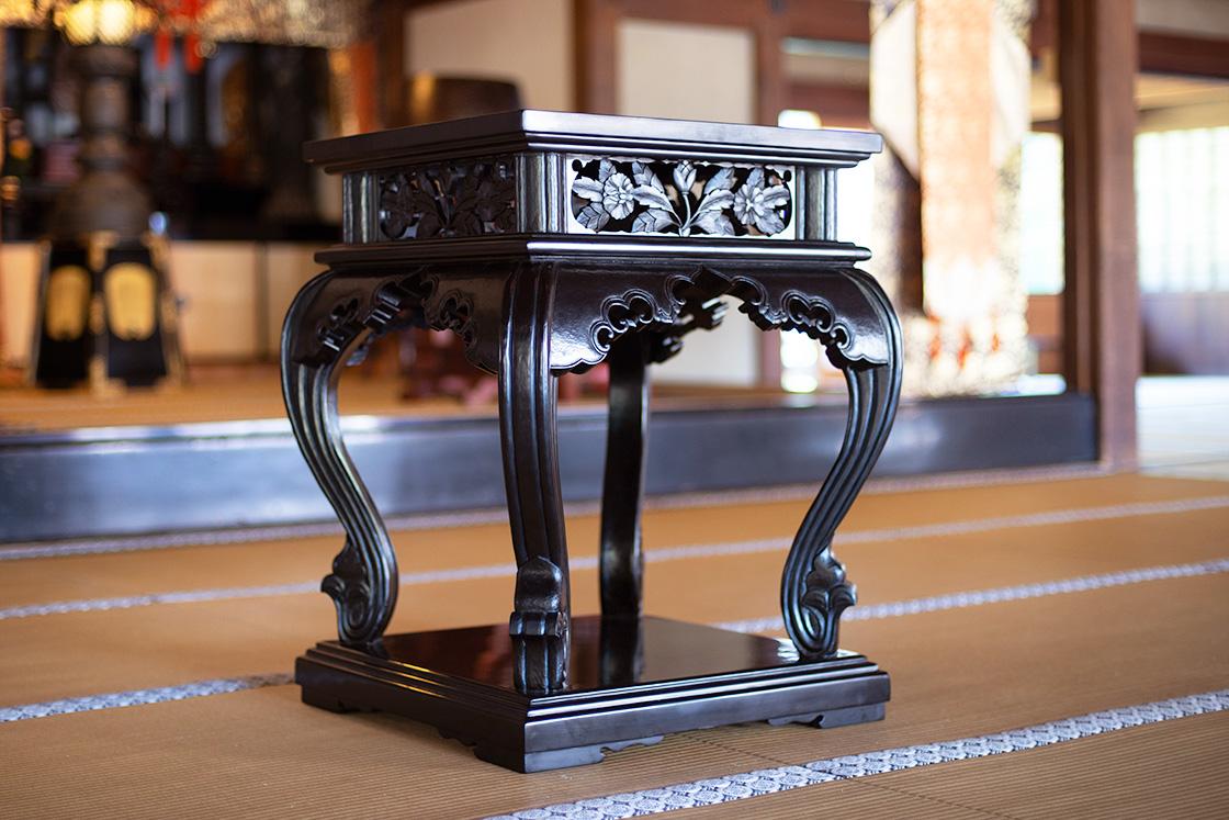 建長寺に飾られている唐花文香炉台、三橋鎌幽作(c)濱谷幸江