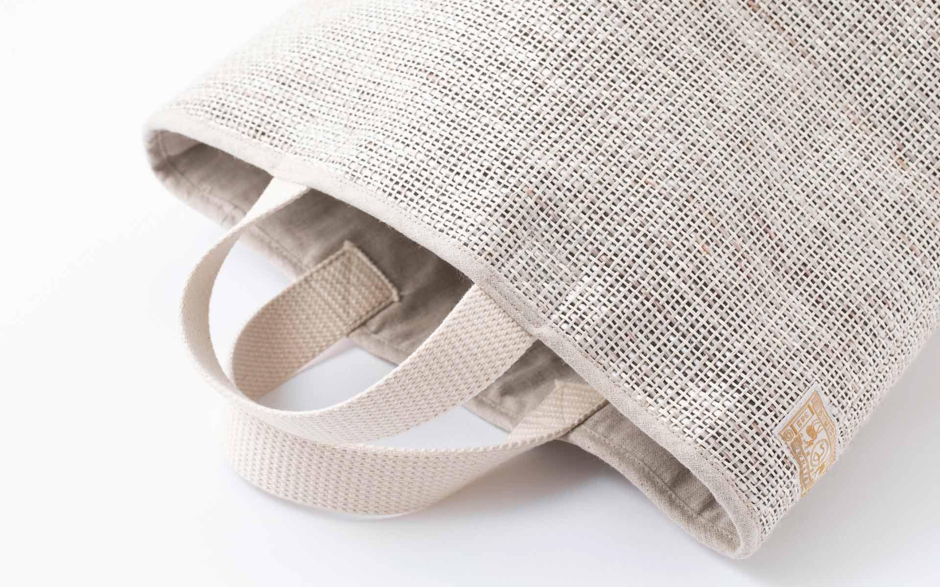 軽くて丈夫な「壁紙バッグ」。京都 小嶋織物が継ぐ「日本一目の粗い織物」産地の底力