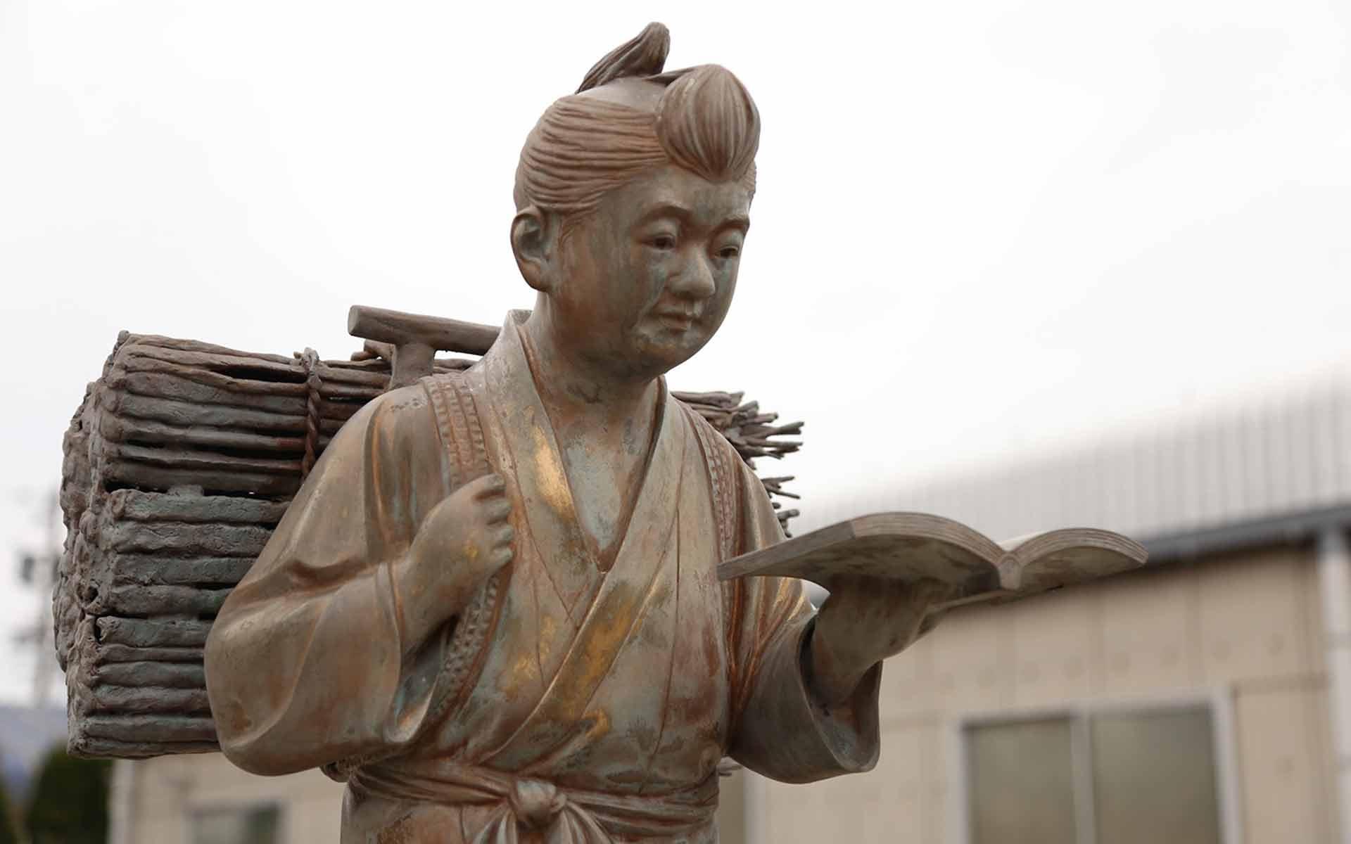 平和合金の金次郎像