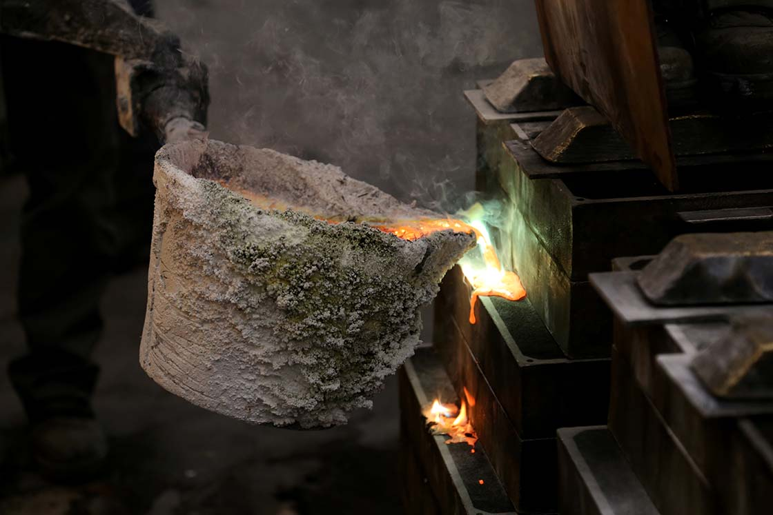 鋳型から溢れ出る直前まで流し込むのがポイント