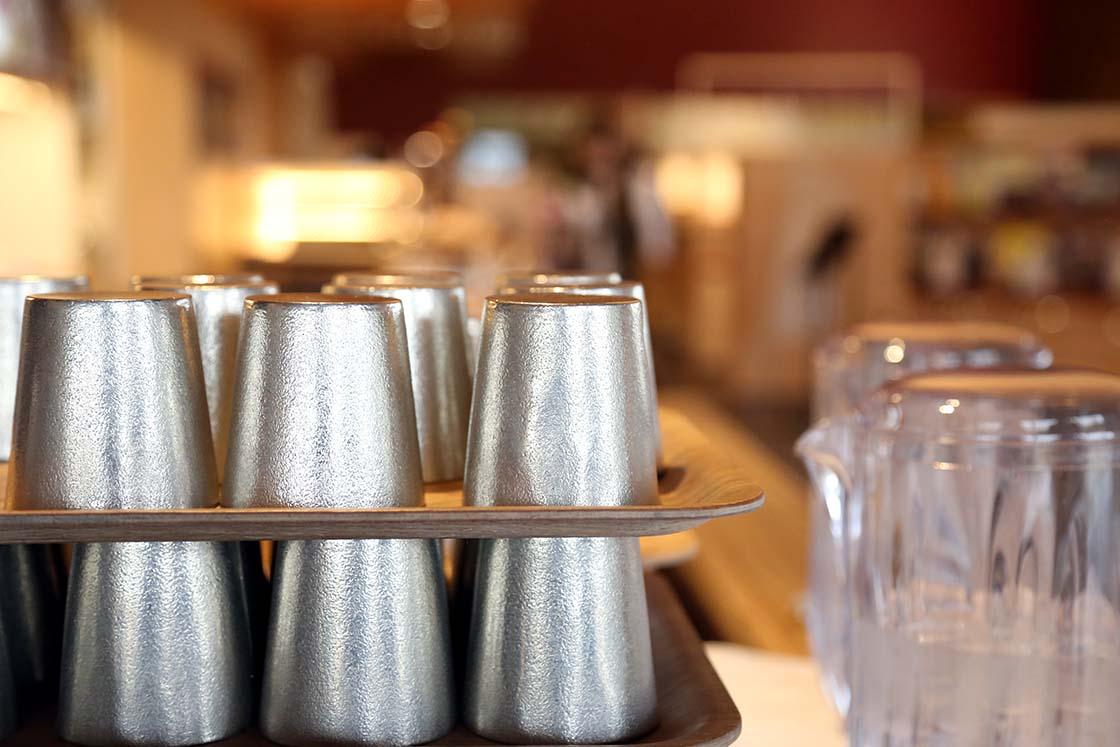 並べられた錫のコップ