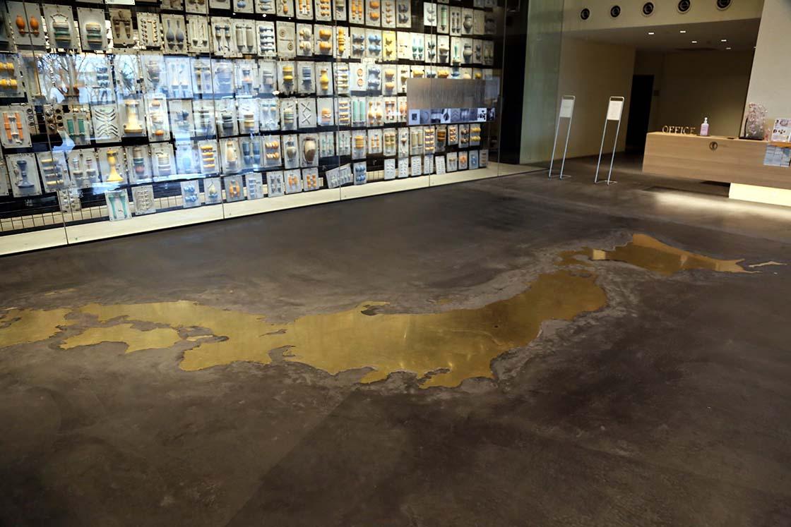 真鍮でつくった大きな日本地図のプレートも存在感があります