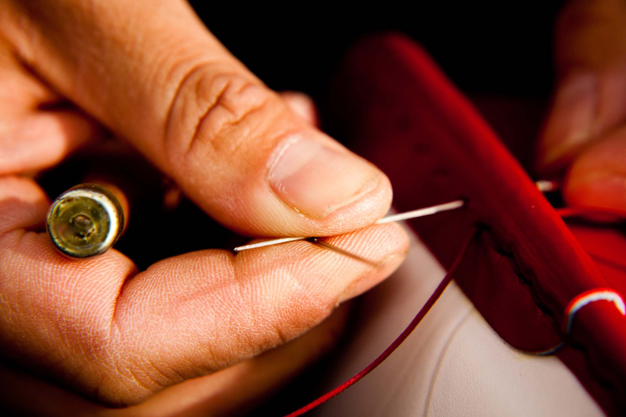 2本の糸を使った手縫いで仕上げるので、一部が切れたとしてもほどけない