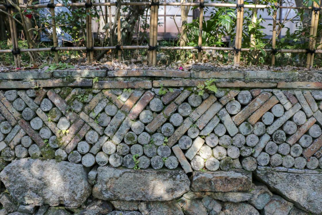 さっき歩いてきた小径の窯垣