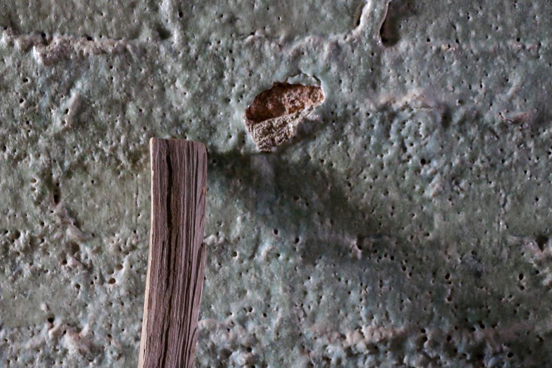 赤松の薪とツルツルの壁