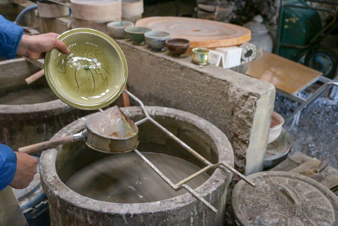 瀬戸本業窯では灰や籾殻を調合し釉薬を自分たちで手づくりする。灰を調合して作る灰釉から生まれるのは、瀬戸を代表する淡い黄色の「黄瀬戸」