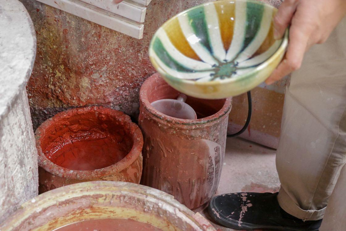 赤く見える釉薬は、灰釉に鉄を加えた鉄釉。うつわの茶色い部分のような色味になる。灰釉に銅を加えると、緑釉に。こうして色数が増えていった