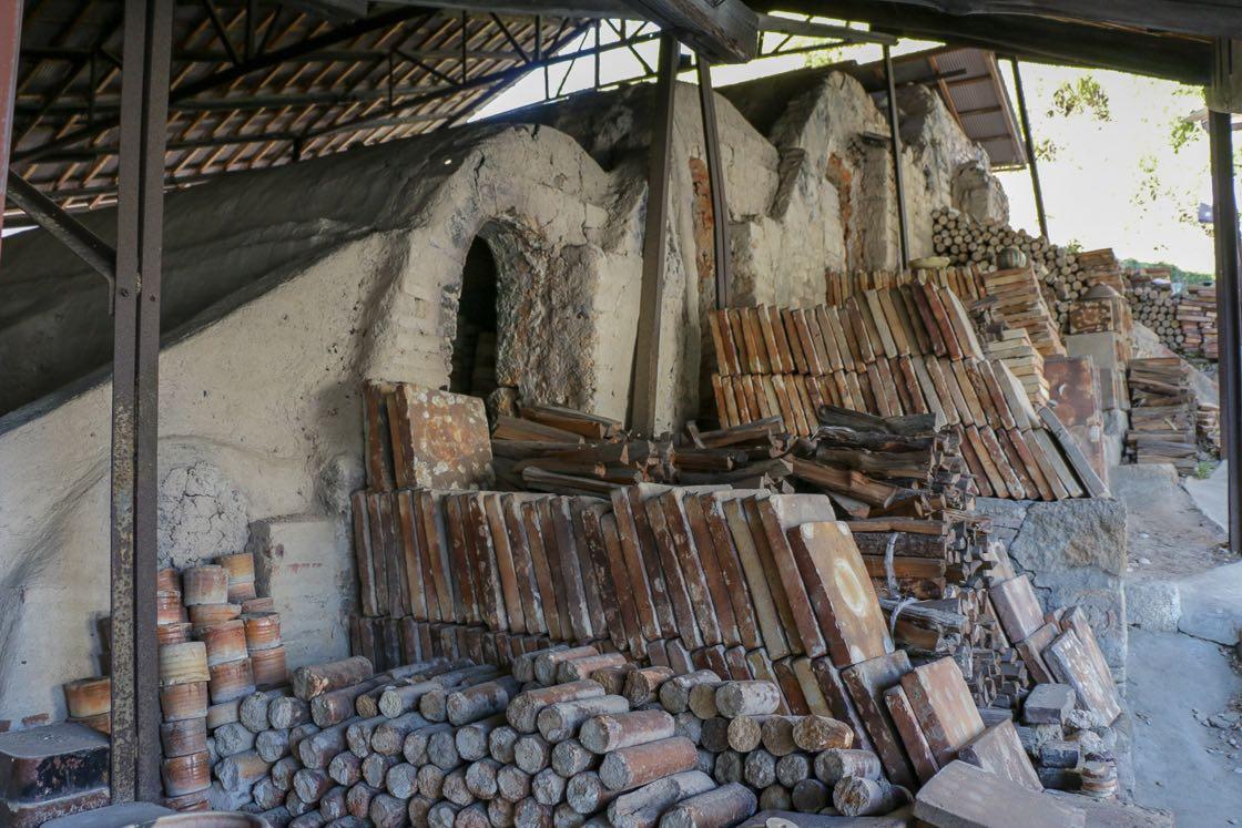 瀬戸市の指定文化財になっている登り窯。かつて複数の窯元で使っていた共同窯の一部を移築したもので、昭和まで現役で動いていました