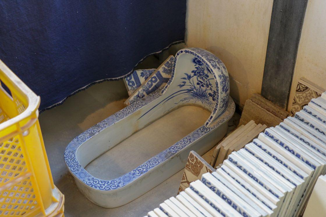 そしてこれが日本のタイルを使った初期の便器