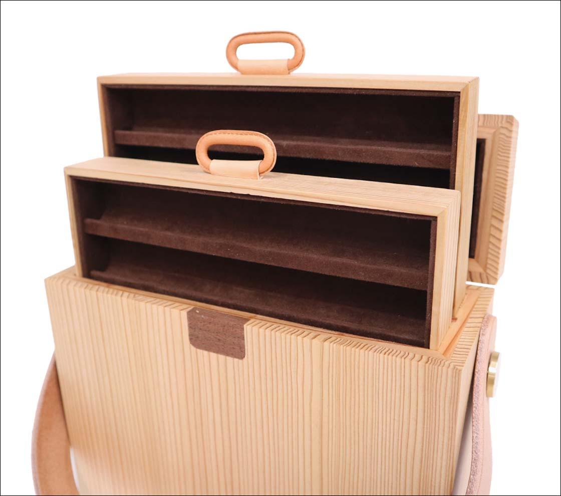 筆記具を収納するトレイごと持ち運ぶことのできる引き出し型スタイル