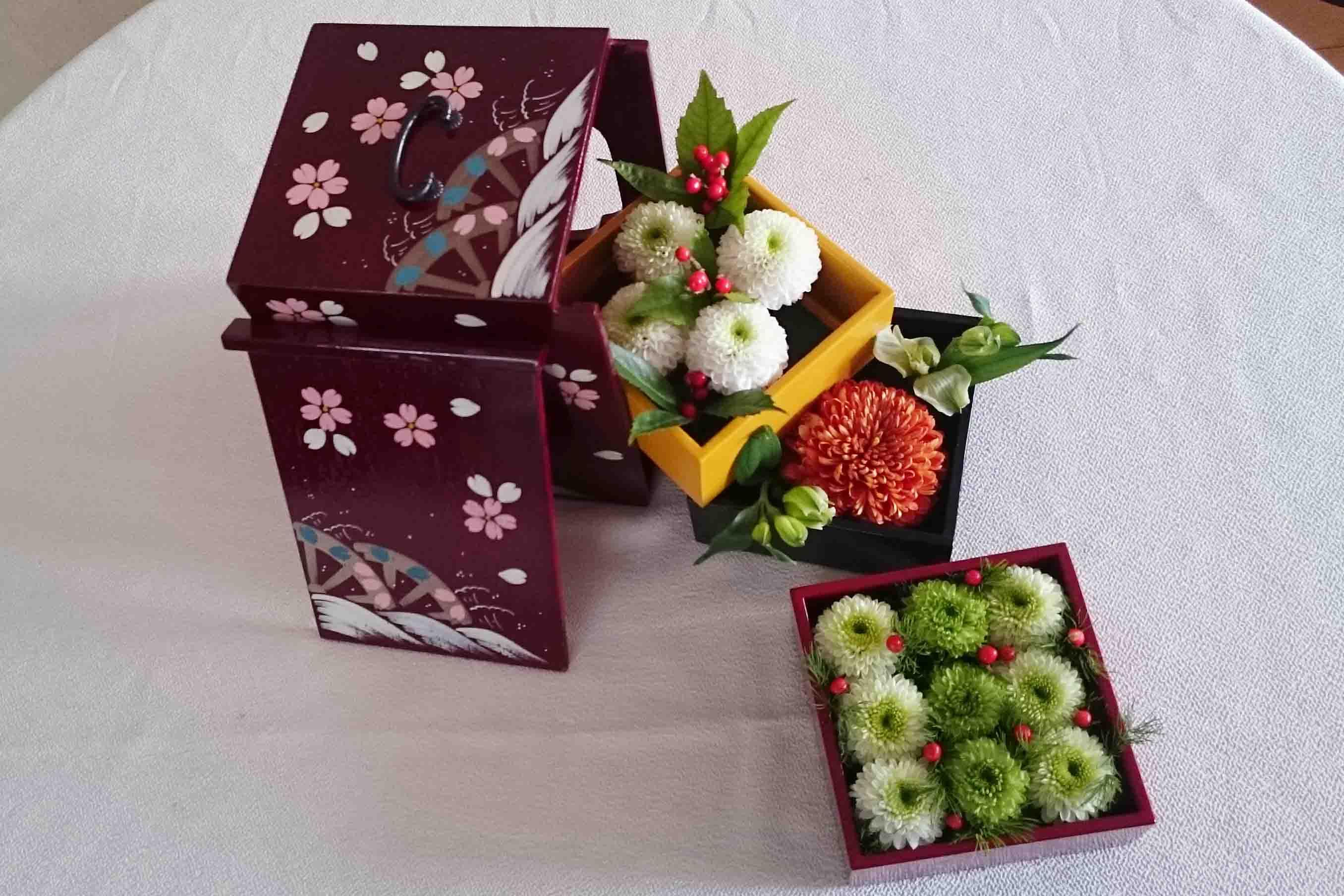 お花を飾った遊山箱