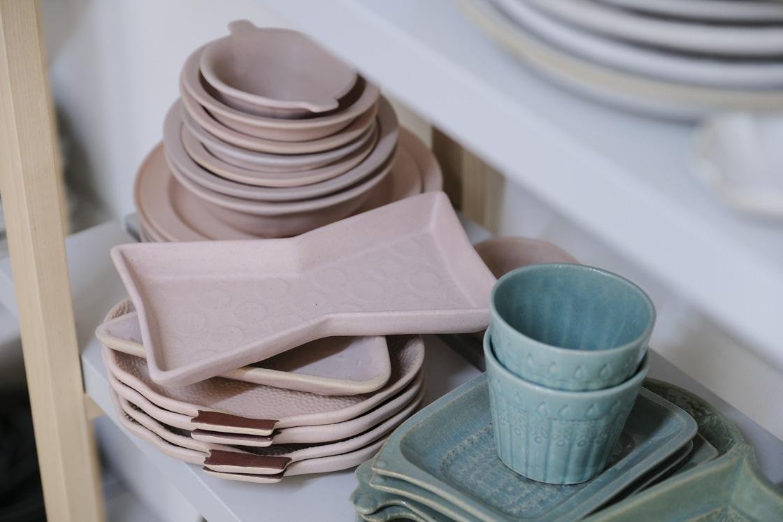 色合いも鮮やか。一風変わった形のお皿も人気です