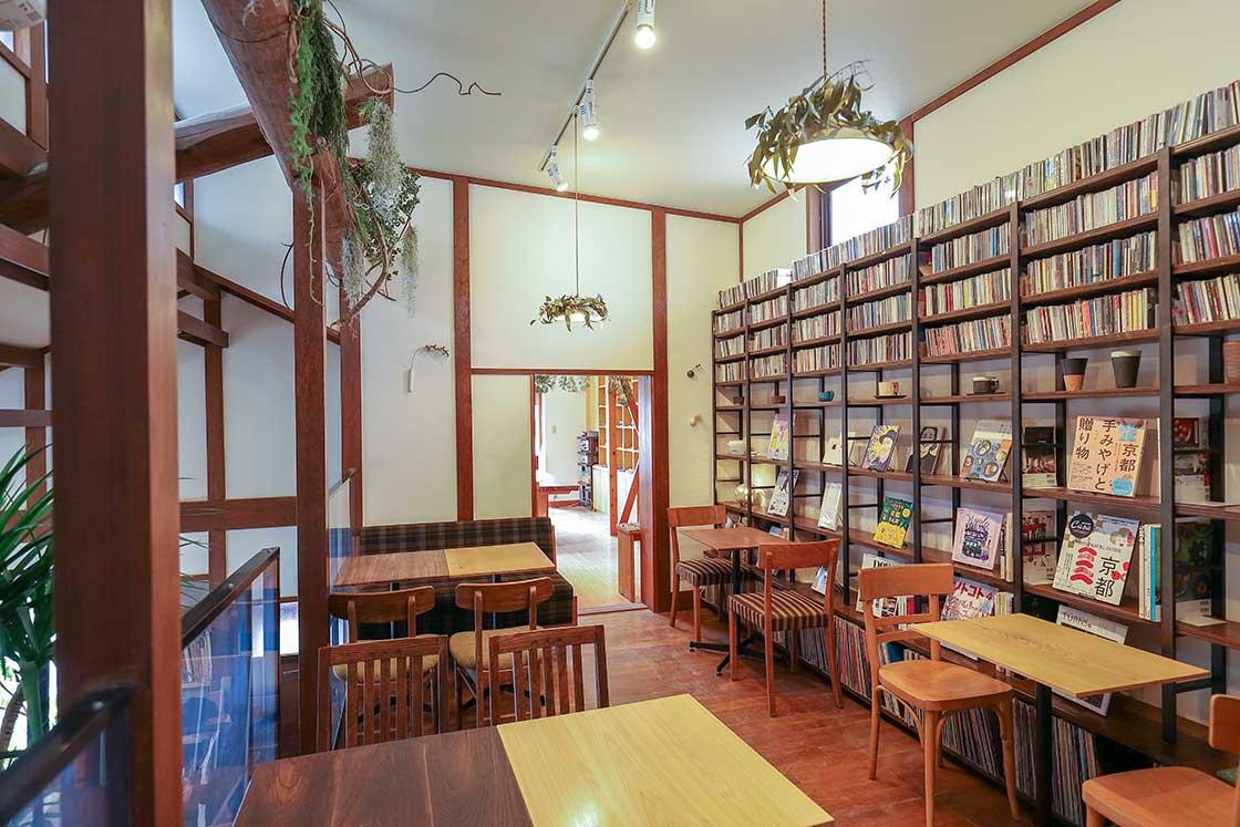 ジャズが流れるカフェスペース