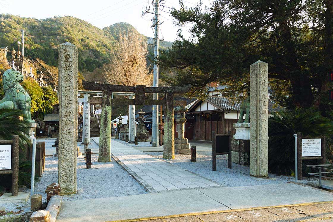 有田焼の神様を祀る陶山神社。「mg&gk」の工房はそのすぐ脇にある