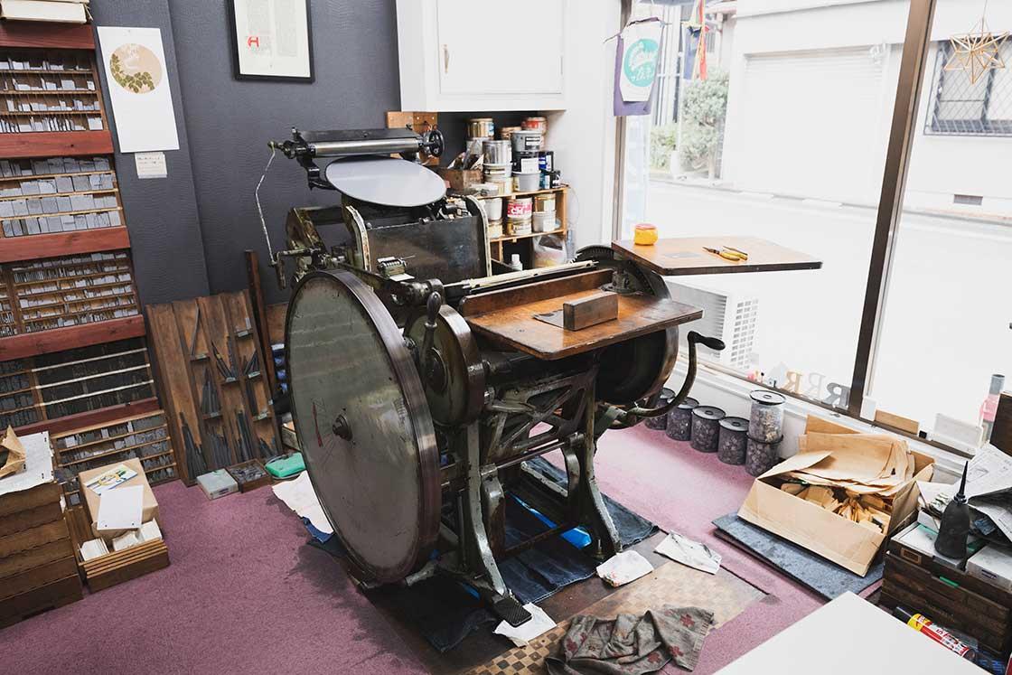 6~70年前のものと推測される活版印刷機。日本ではもう製造されていない