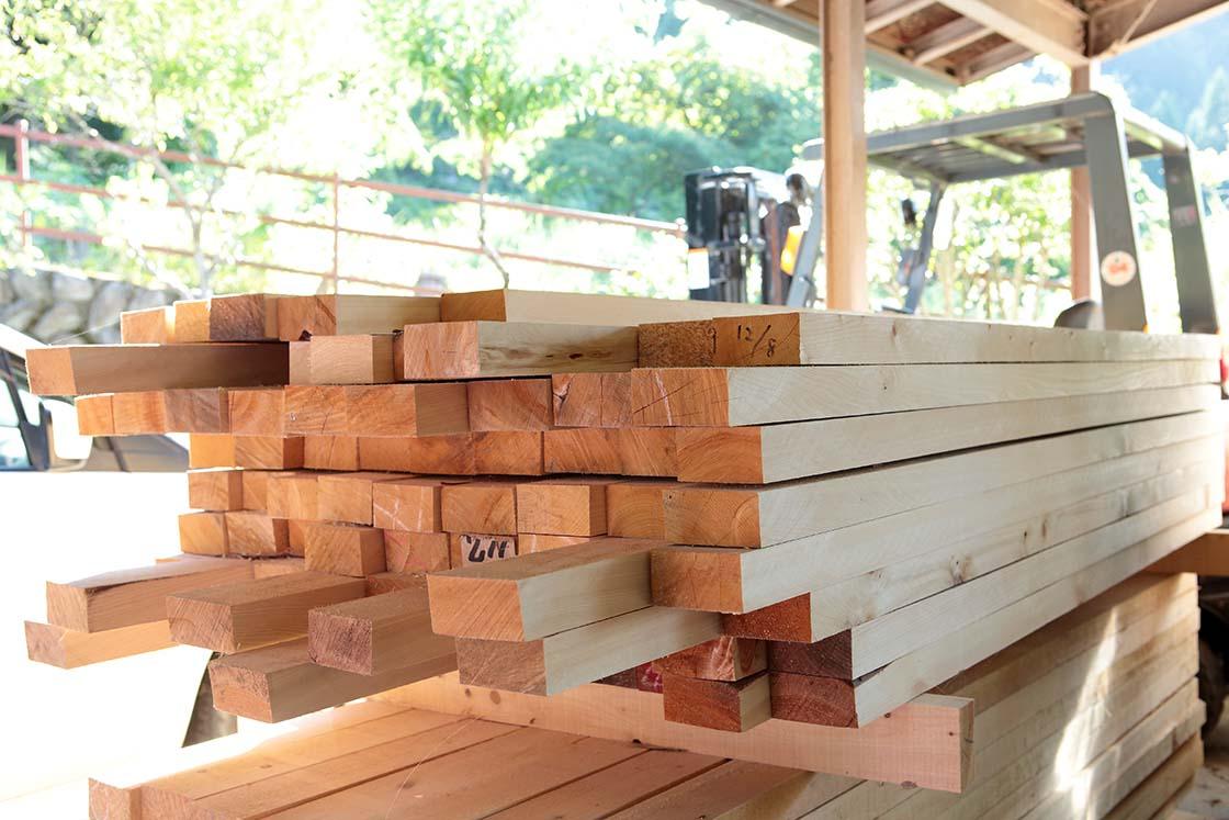 製材所から仕入れた2、3メートルのブロック板