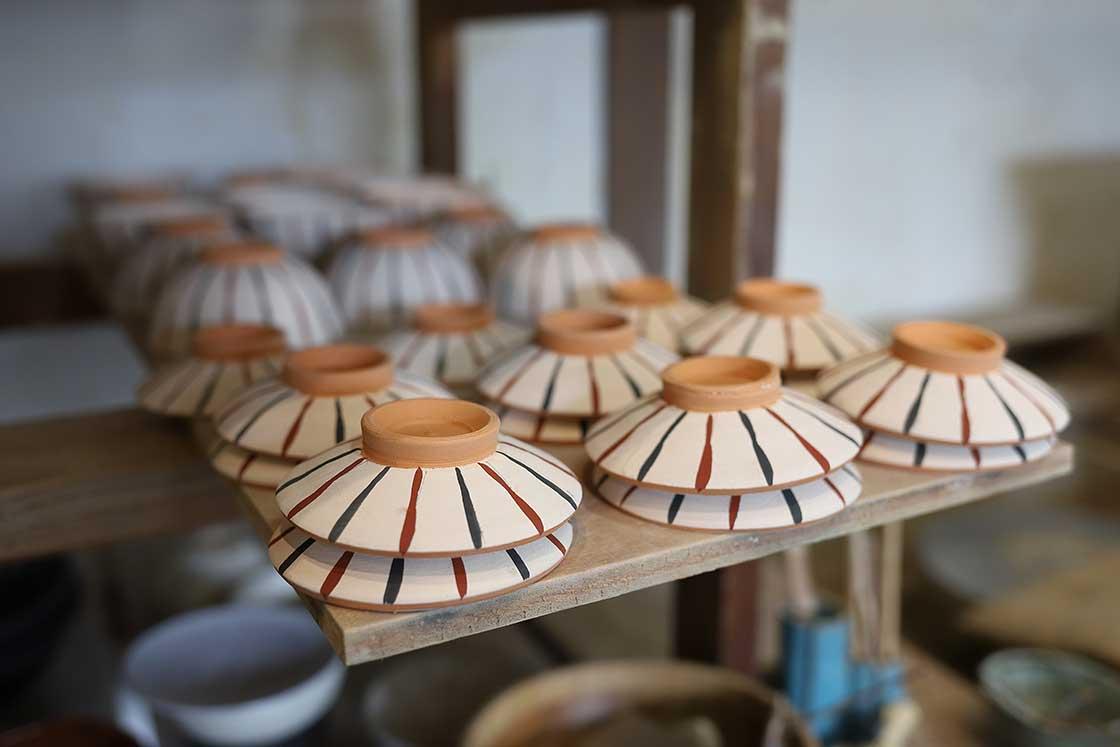 陶芸体験者が制作したうつわ。絵付けもできる