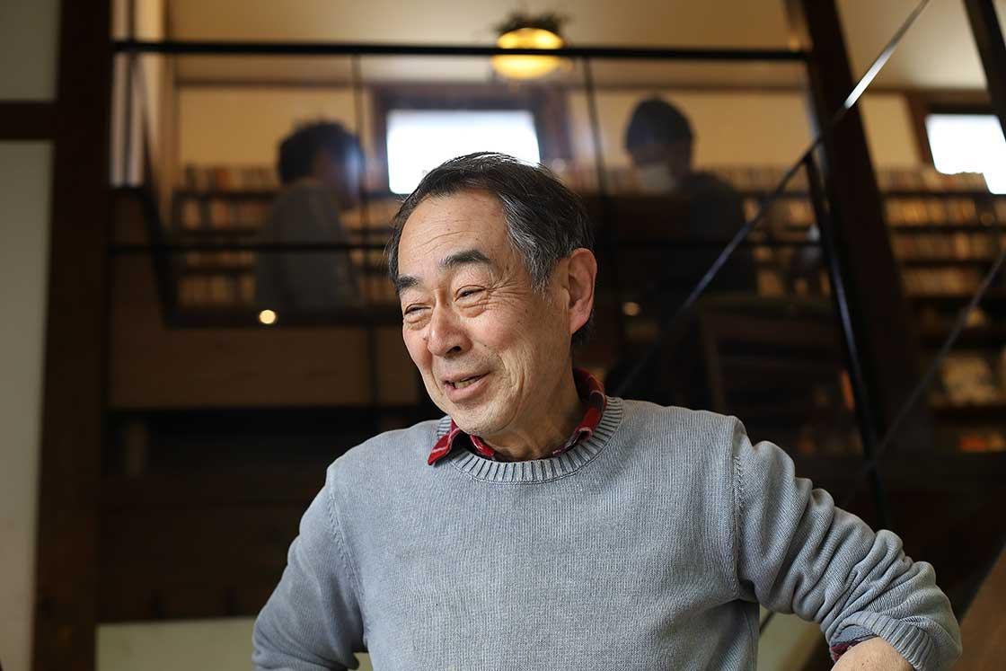 洋二さんの父で陶芸家の久さん。丁寧な指導は陶芸未経験者にも好評