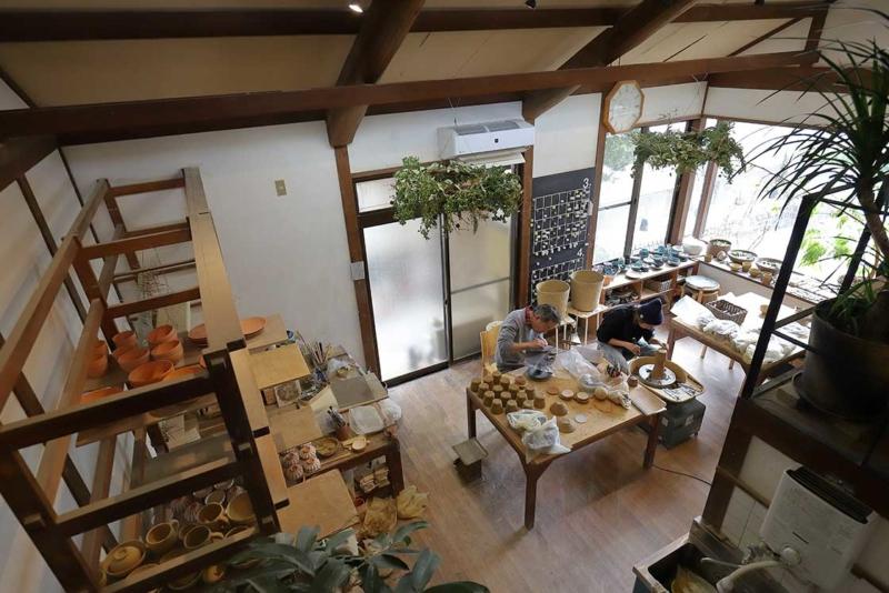 カフェスペースから見える工房の様子