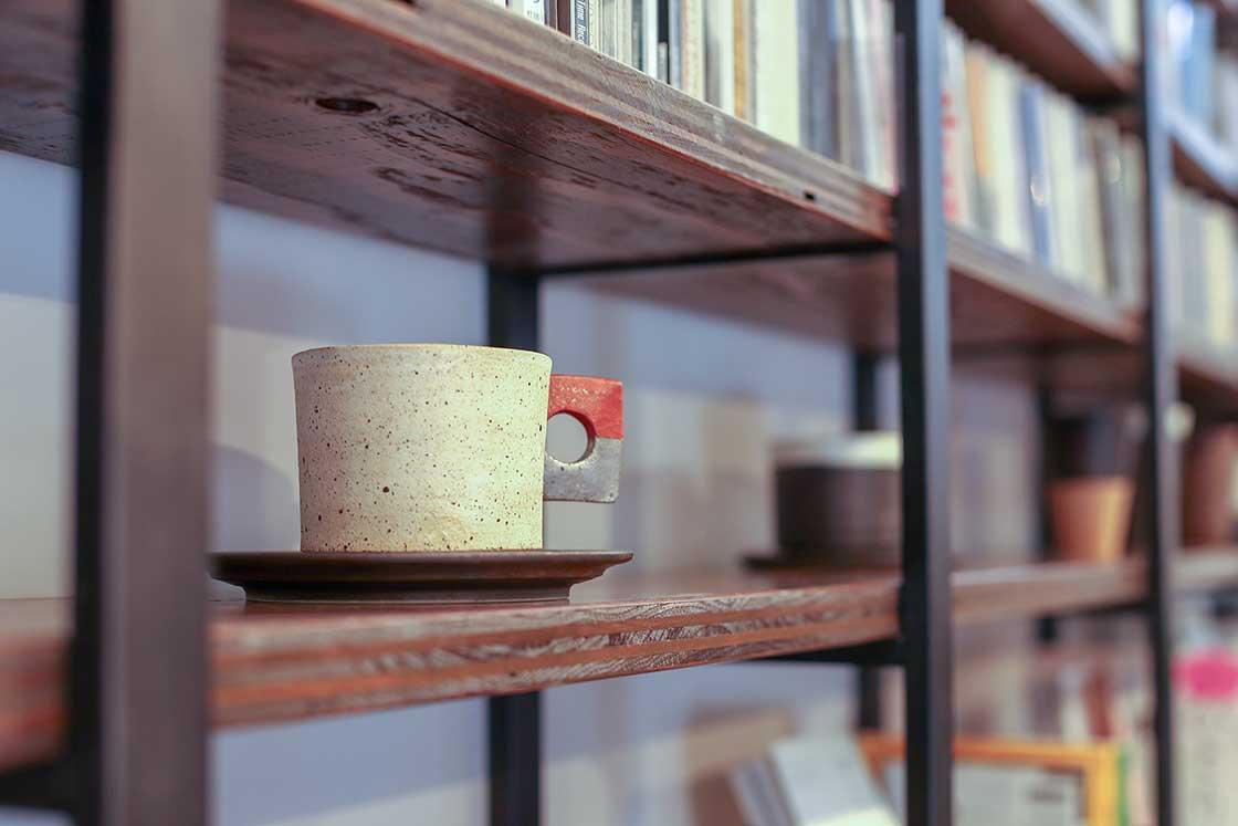 棚に並んだカップから好きなものを選んで使うことができる