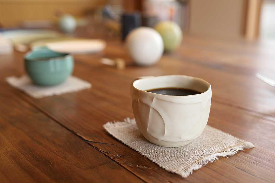 コーヒーはスッキリとした口当たりながら、コクのある味わい。濃厚なケーキにもよく合う