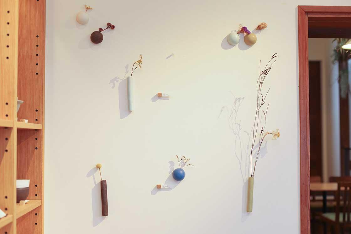 壁面に簡単に取り付けられる花器「TUKU(ツク)」シリーズ