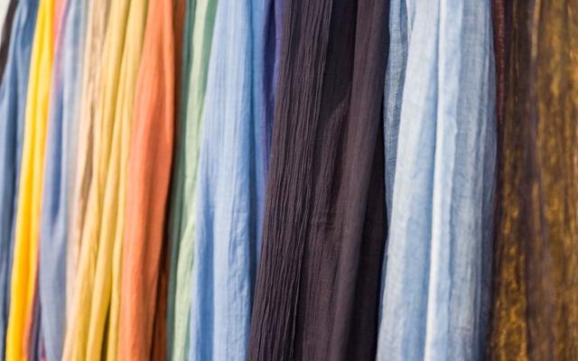 泥染めだけでなく、車輪梅をはじめ藍、福木、茜染めと鮮やかな天然染色のストールたち。色を重ねることで様々な色が生まれます