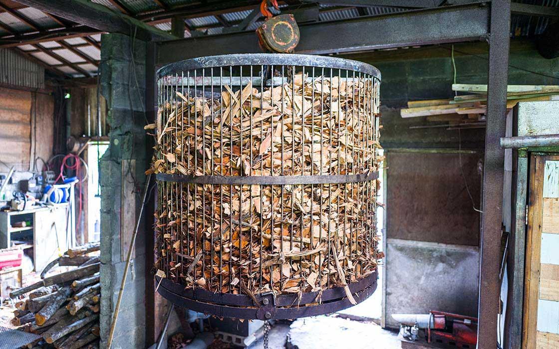 車輪梅がチップ状にされ、鉄籠に入れられている