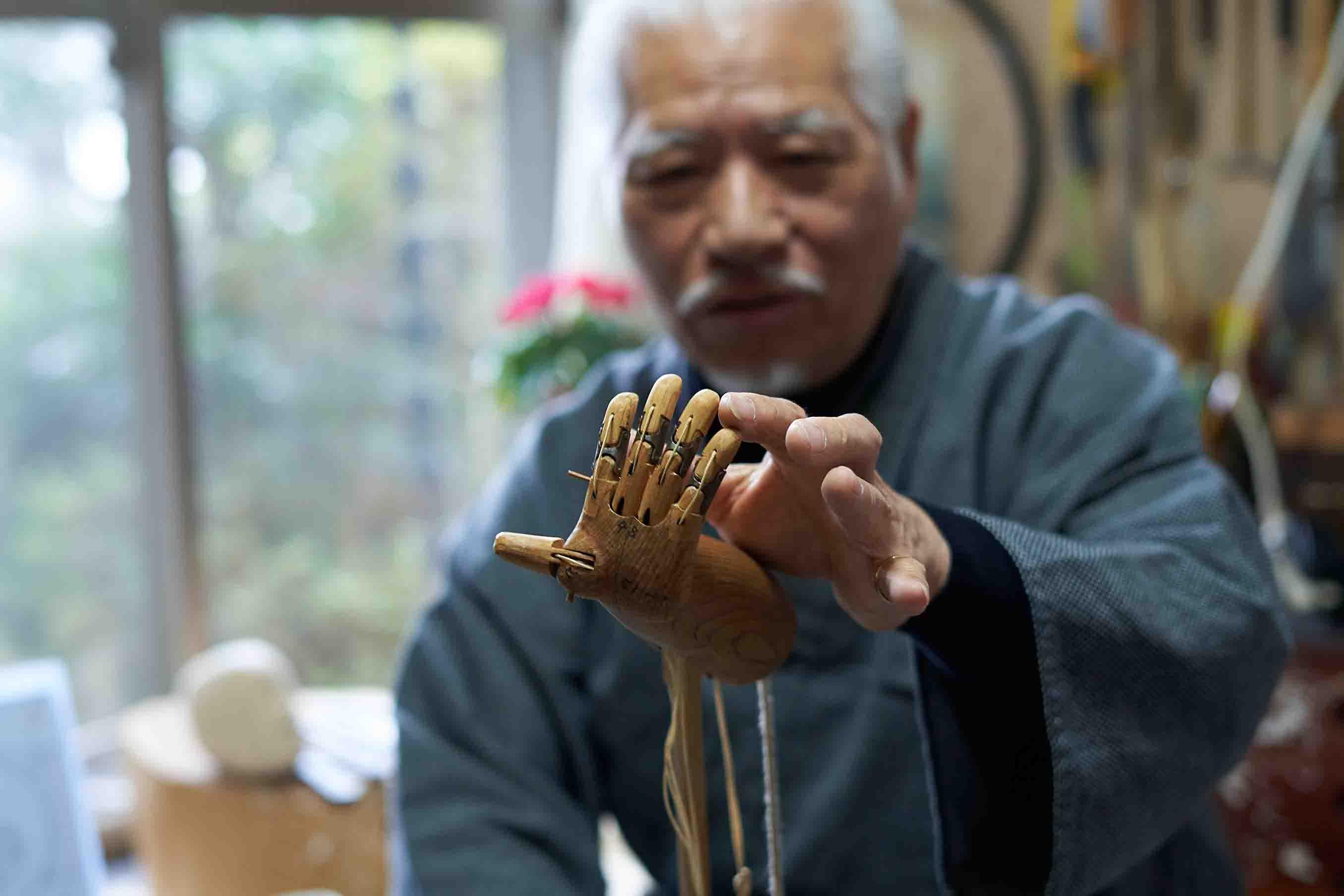 こちらは男性の手。見栄を切る場合などに開くよう関節の数が多く細工が難しいパーツ