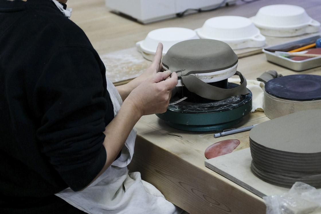 石膏型の上に粘土を上に当てます