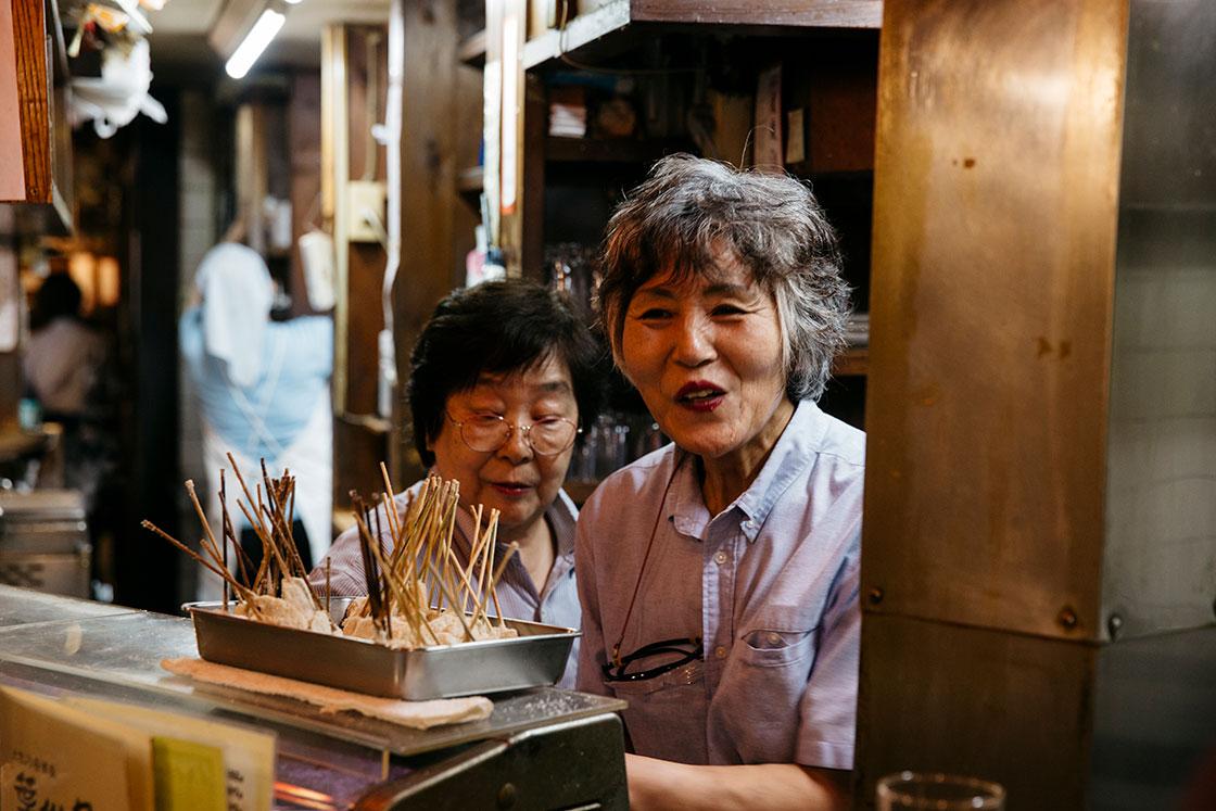 高知市の葉牡丹で働く女性